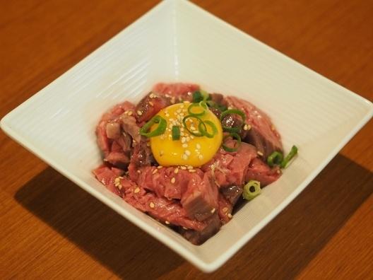 ローストビーフをアレンジして簡単に作れる「ユッケ」は、人気メニュー! 甘みのあるタレと卵黄に絡めて食べれば、お酒がグイグイ進みます。  晩酌のお供にいかがですか?